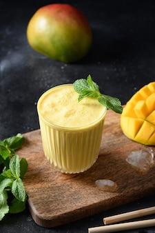 Indyjskie mango lassi na czarnym tle