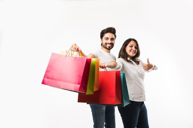 Indyjskie młode torby na zakupy para i stojący na białym tle nad białym tłem. selektywne skupienie