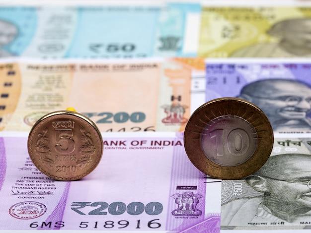 Indyjskie monety. rupia na tle pieniędzy