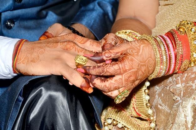 Indyjskie pary pokazują obrączki