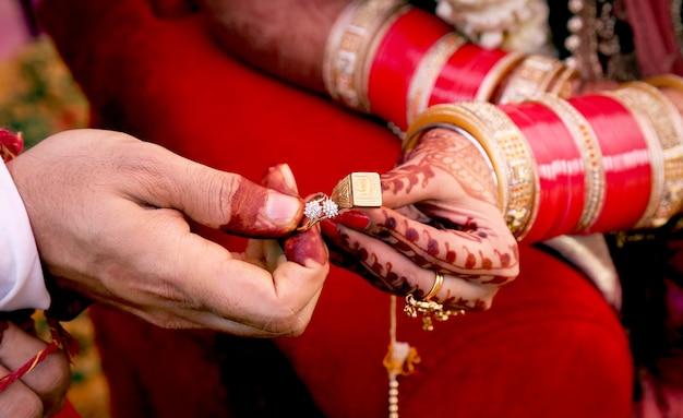 Indyjskie pary pokazuje pierścionki zaręczynowe