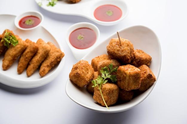 Indyjskie przekąski chrupiące ziemniaki triangles, paneer lollipop i noodles pakoda w grupie