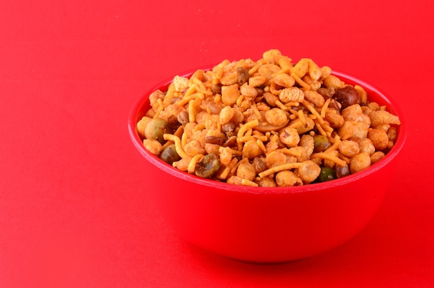 Indyjskie przekąski: mieszanka (prażone orzechy z masala solonym pieprzem, rośliny strączkowe, channa masala dal, zielony groszek) w czerwonej misce