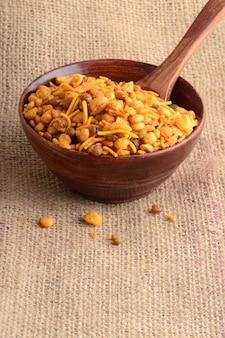 Indyjskie przekąski: mieszanka (prażone orzechy z solą pieprzem, przyprawa, rośliny strączkowe, zielony groszek)