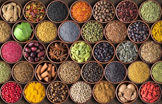 Indyjskie przyprawy i zioła w tle. różne przyprawy, widok z góry