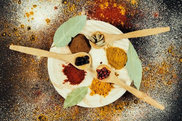 Indyjskie przyprawy na talerzu