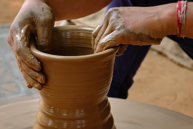 Indyjskie ręce garncarza w pracy, shilpagram, udaipur, radżastan, indie