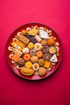 Indyjskie słodkie jedzenie w czerwonym ceramicznym talerzu