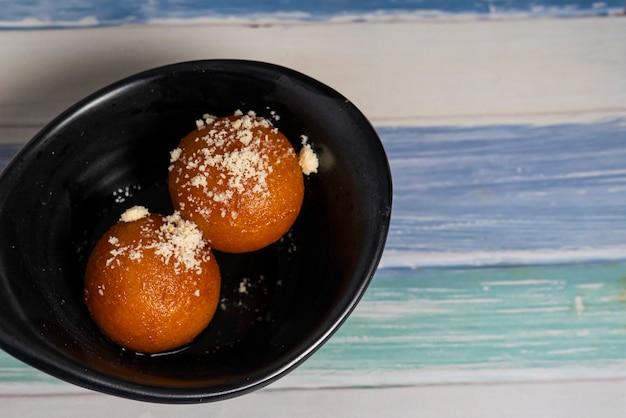 Indyjskie słodkie jedzenie zwane gulab jamun, składające się z mleka i cukru, popularne danie na święta lub specjalne okazje. selektywna ostrość