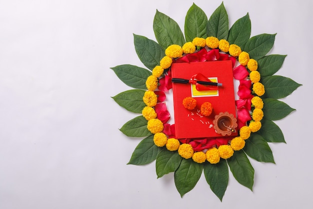 Indyjskie święto diwali, czerwony notatnik księgowy i diya