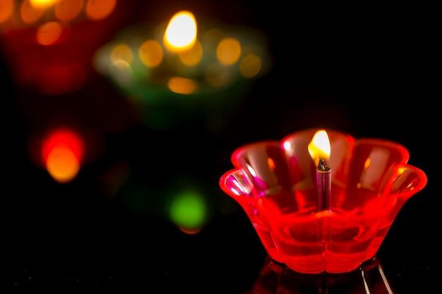Indyjskie święto diwali, kolorowe lampy oleju w ciemności