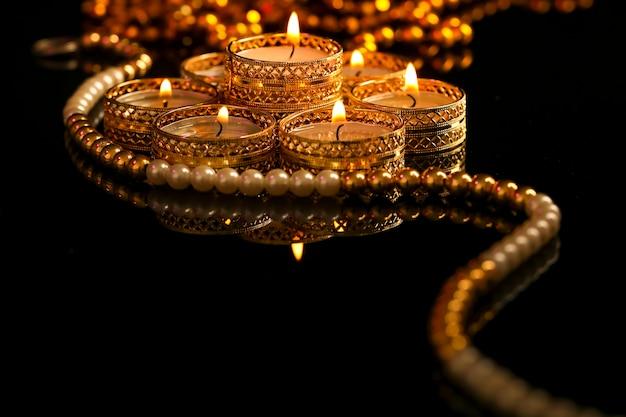 Indyjskie święto diwali, świeca w ciemności