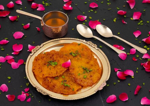 Indyjskie tradycyjne popularne słodkie jedzenie malpua lub amalu