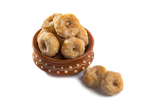 Indyjskie tradycyjne słodkie jedzenie balushahi na białym tle