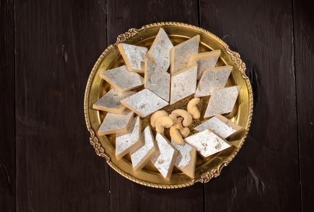 Indyjskie tradycyjne słodkie jedzenie kaju katli, wykonane z orzechów nerkowca i mawy, jest królem indyjskich słodyczy w indiach