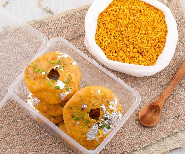 Indyjskie tradycyjne słodkie kachori