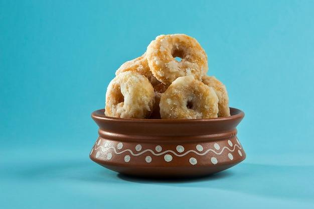 Indyjskie tradycyjne słodkie potrawy balushahi na niebieskim tle