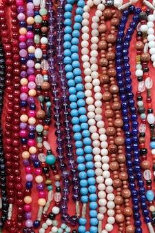 Indyjskie tradycyjne szklane koraliki rękodzieła na targu ulicznym arambol goa indie