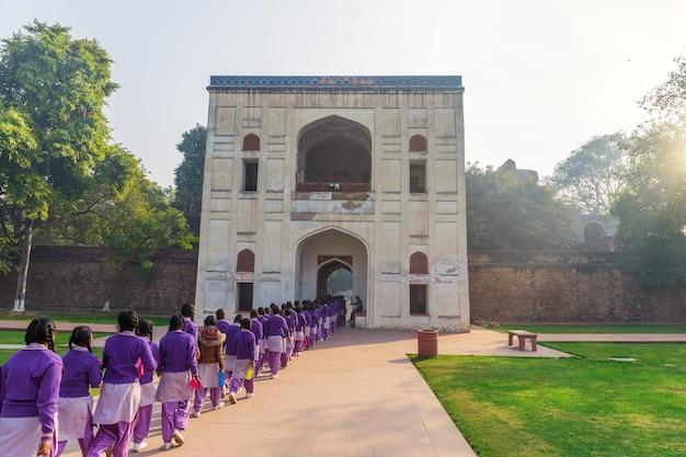 Indyjskie uczennice podczas wycieczki do grobowca humajuna w new dehli w indiach.