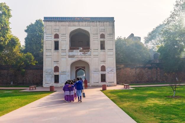 Indyjskie uczennice w pobliżu bramy grobu humajuna, new dehli, indie.