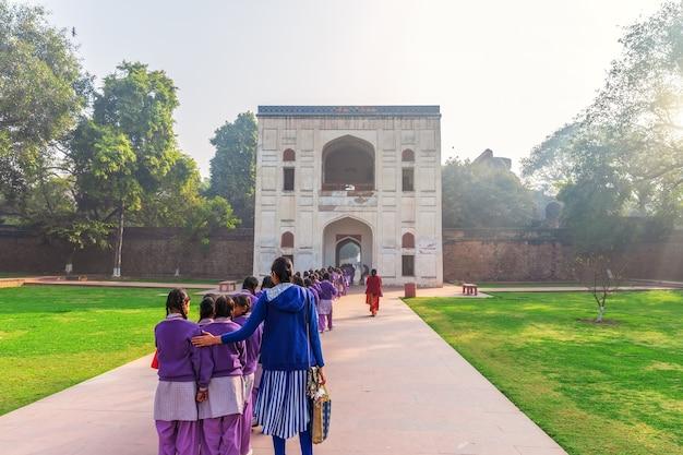 Indyjskie uczennice w pobliżu wejścia do grobowca humajuna, new delhi, indie.