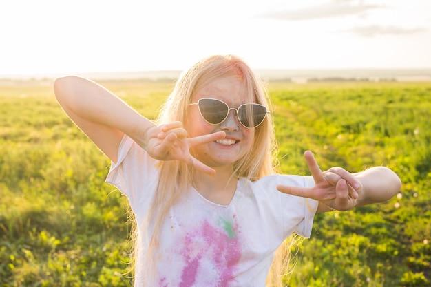Indyjskie wakacje, zabawa i koncepcja dzieciństwa - uśmiechnięta dziewczyna w okularach, zabawy na holi