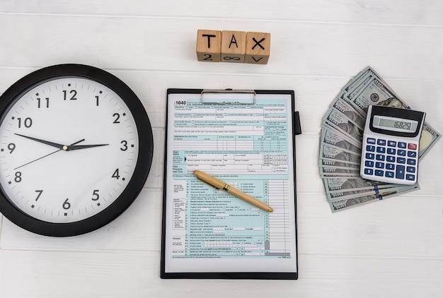 Indywidualny formularz podatkowy z zegarem i pieniędzmi