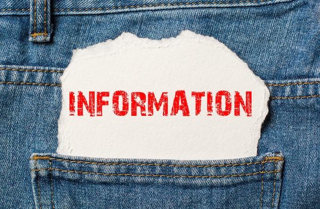 Informacje na białym papierze w kieszeni niebieskich dżinsów