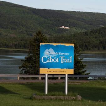 Informacje o znaku na cabot trail, wyspa cape breton, nowa szkocja, kanada