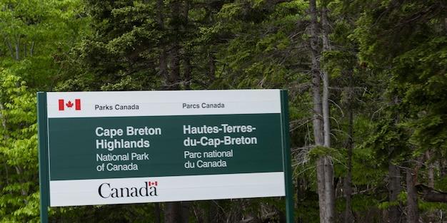 Informacje znak w parku, cabot trail, cape breton highlands national park, wyspa cape breton, nova