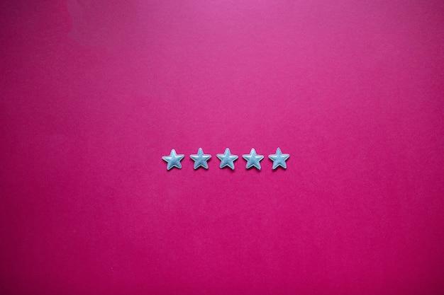 Informacje zwrotne z pięcioma gwiazdkami na tablicy. ocena usług, koncepcja satysfakcji