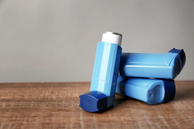 Inhalatory astmy na drewnianym stole