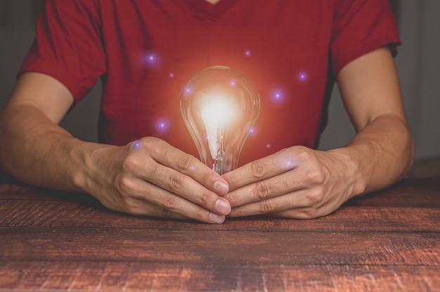 Innowacja pomysłu i kreatywność koncepcji inspiracji z żarówkami