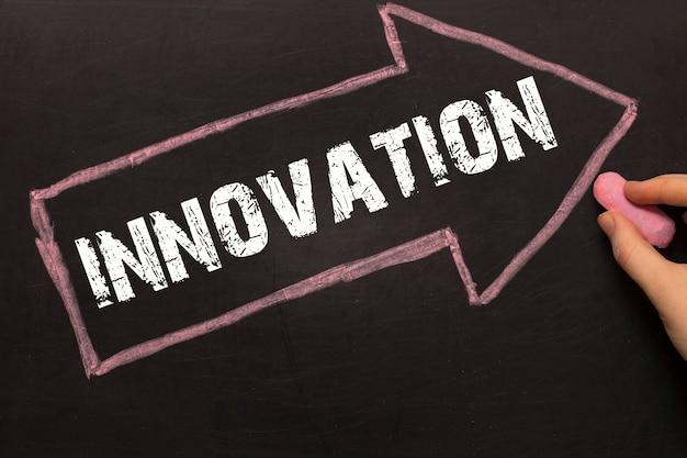 Innowacja - tablica ze strzałką na czarnym tle