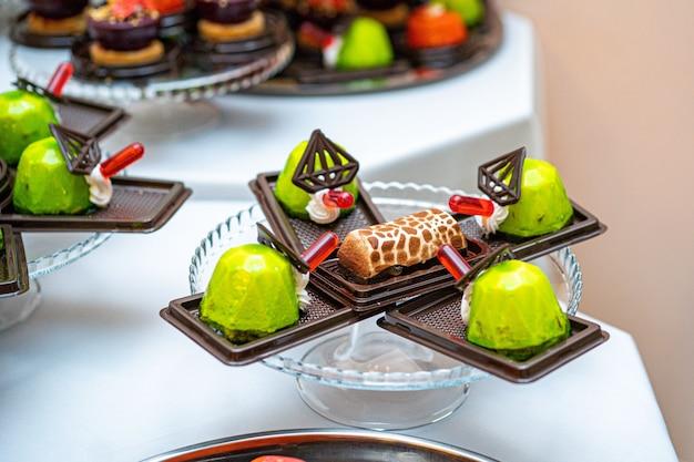 Inny rodzaj pięknego ciasta, małe kolorowe słodkie ciasta