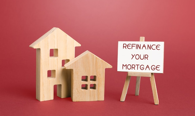 Inscription refinansuj swój kredyt hipoteczny i miniaturowe domy. koncepcja nieruchomości, finansów i biznesu.