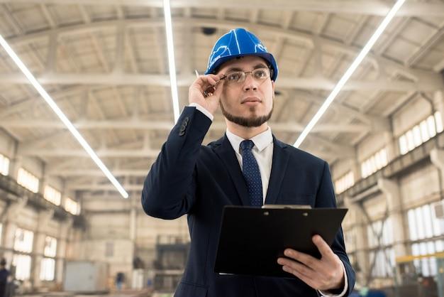 Inspektor budowlany badający konstrukcję budynku