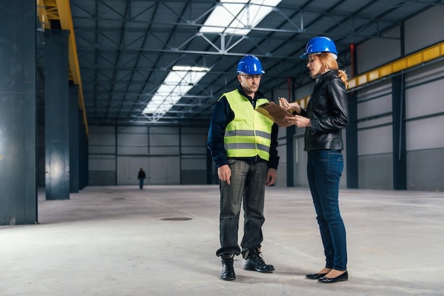 Inspektor budowy na miejscu pracy