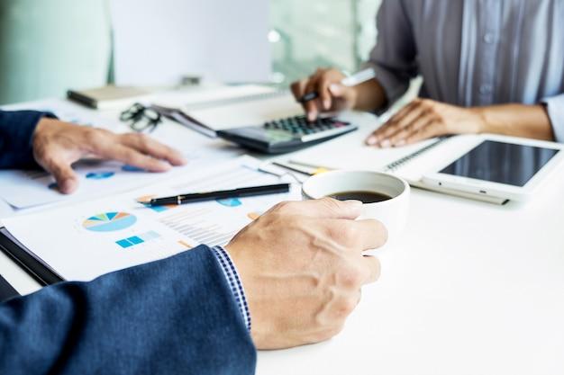 Inspektor finansowy firmy i sekretarz składający raport, obliczający lub sprawdzający saldo. inspektor kontroli dochodów w urzędzie skarbowym. koncepcja audytu