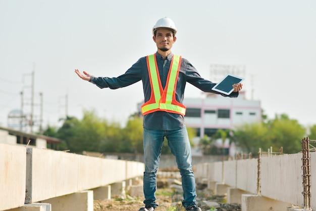 Inspektor inżynier na budowie za pomocą technologii tabletu