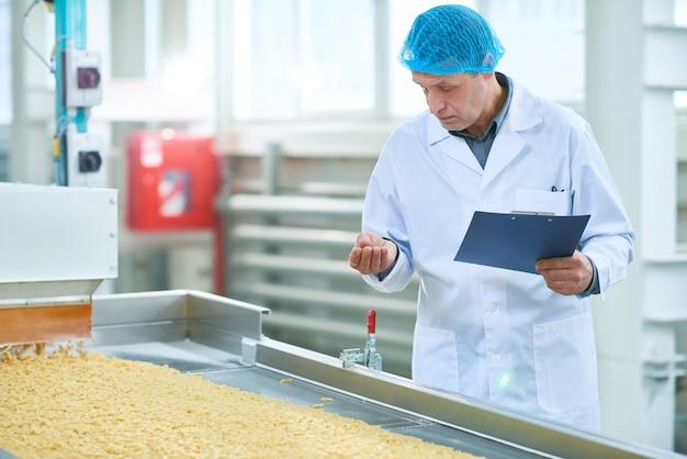 Inspektor w fabryce żywności