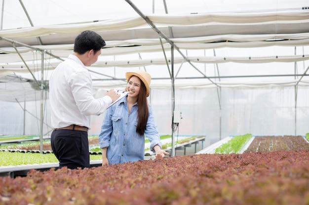 Inspektorzy kontrolują i rejestrują jakość ekologicznych warzyw, a kobiety udzielają wskazówek.