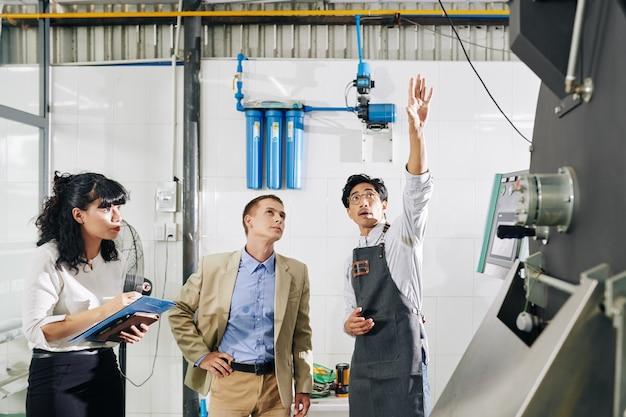 Inspektorzy sprawdzający palarnię kawy