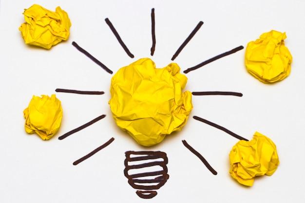 Inspiracja koncepcja metafora zmiętej żarówki na dobry pomysł
