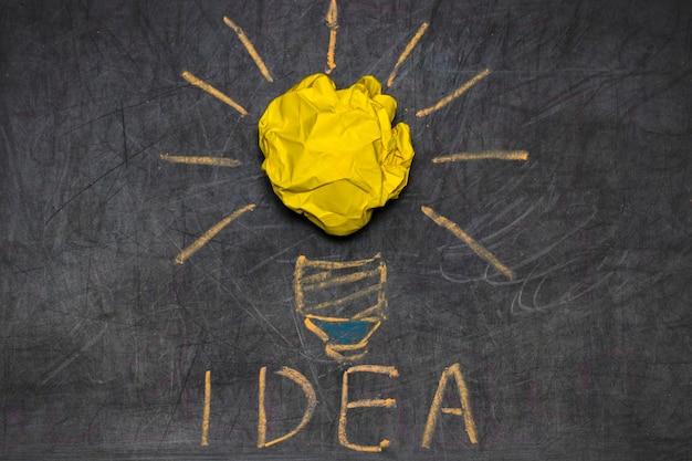 Inspiracja koncepcja pomarszczonej metafory żarówek papierowych na dobry pomysł