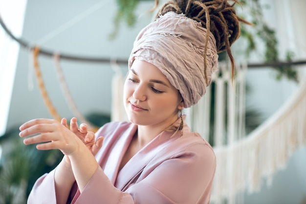 Inspiracja. młoda kobieta w nakryciu głowy wygląda na zainspirowaną