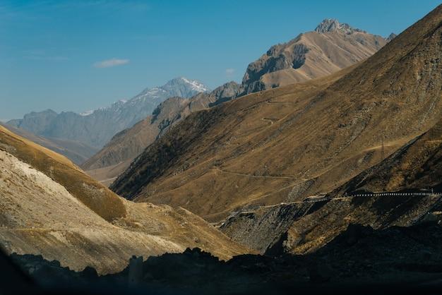 Inspirująca przyroda, wysokie majestatyczne góry pod błękitnym niebem