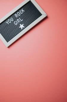 Inspirujący cytat motywacyjny. koncepcja sukcesu i motywacji. dzień urody, koncepcja dziewczyna wiadomość, kolorowe tło.