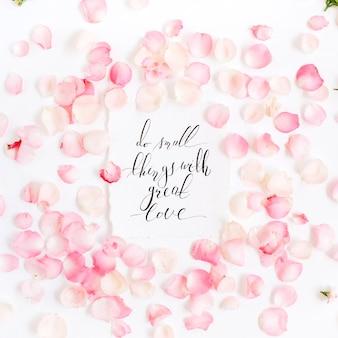 Inspirujący cytat wykonany z kaligrafii i kwiatowych różowych płatków róż