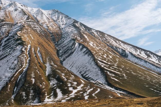 Inspirujący krajobraz i przyroda, wysokie majestatyczne góry pokryte białym śniegiem, zima